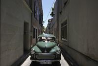 路地の緑の自動車