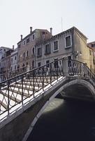 水路に架かる橋