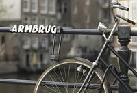 欄干に停められた自転車