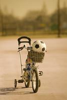 自転車とサッカーボール