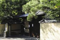 神田川沿いの土塀と門