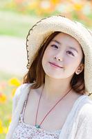 帽子をかぶった若い女性