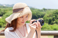 カメラを持つ若い女性