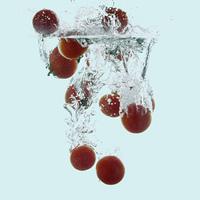水に落としたミニトマト