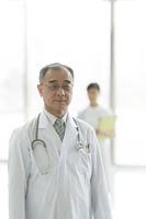 病院のロビーに立つ医者