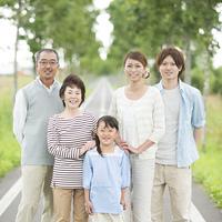 一本道で微笑む3世代家族