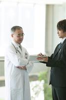 MRと話をする医者