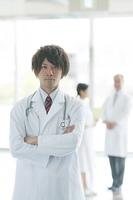 腕組みをする医者