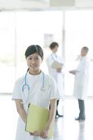 病院のロビーで微笑む看護師