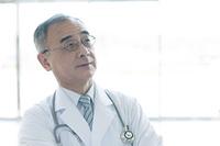 上を見上げる医者