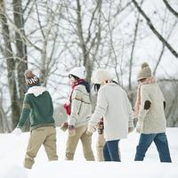 雪道を歩く中学生