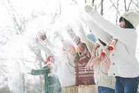 雪を舞い上げる中学生