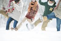 雪を蹴る中学生の足元