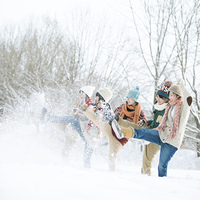 雪を蹴る中学生