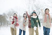 雪を投げる中学生