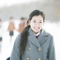 雪道で微笑む中学生