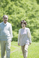草原を歩くシニア夫婦