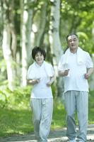 ジョギングをするシニア夫婦