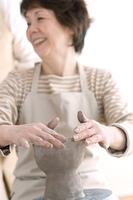 陶芸をするシニア女性の手元