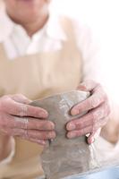 陶芸をするシニア男性の手元