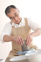 陶芸をするシニア男性