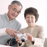 カメラの画像を見るシニア夫婦