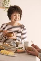 食事をするシニア女性