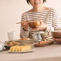 和食を食べるシニア女性