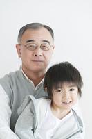 孫を抱く祖父