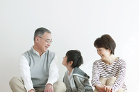 微笑む祖父母と孫