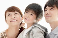 微笑む子供と両親