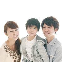 子供を抱き微笑む両親