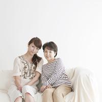ソファーに座り微笑む母と娘