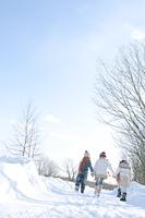 雪道を歩く子供たちの後姿