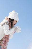 雪を吹く女の子