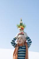 門松を頭の上に乗せる男の子