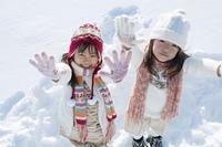 雪原ではしゃぐ子供たち