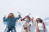 雪原に寝転ぶ子供たち