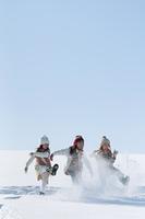 雪を蹴る子供たち