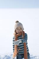 雪原で微笑む男の子