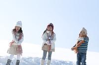 雪原に並ぶ子供たち