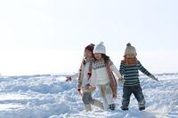 雪原を歩く子供たち