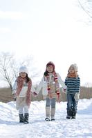 雪道を歩く子供たち
