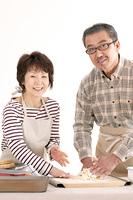 パン作りをするシニア夫婦