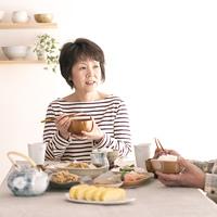 朝食を食べるシニア女性