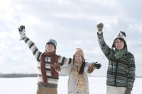 雪原ではしゃぐ若者たち