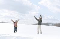 雪原ではしゃぐカップル