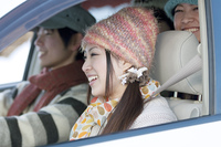ドライブをする若者たち