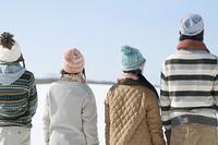 雪原に立つ若者たちの後姿