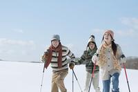 スキーをする若者たち